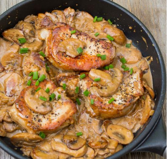 Escalop din cotlet de porc servit cu piure si salata de varza